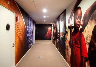Phototex zelfklevend fotobehang - NTR Studio's - Hilversum